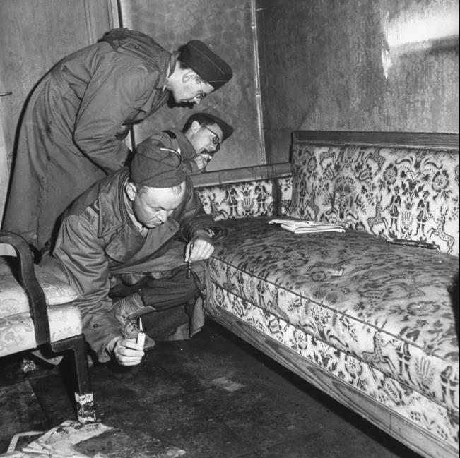سربازان روس به دنبال لکه های خون هیتلر در اتاق او