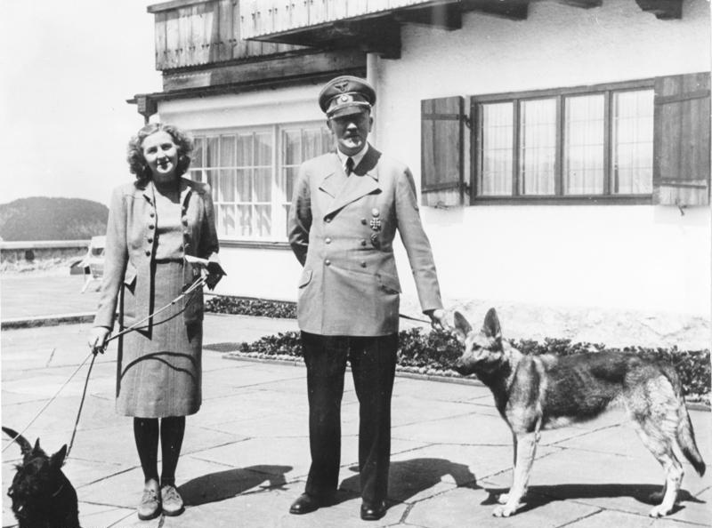 هیلتر در کنار اوا براون و سگ هایش